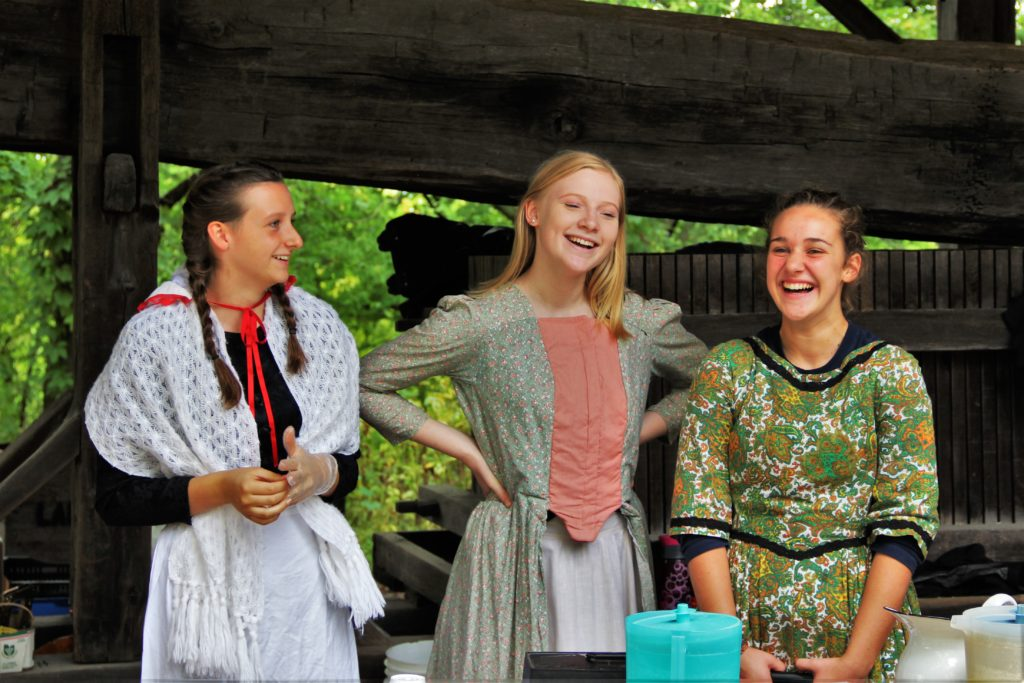 jjordan-village-niagara-festivals-pioneer-day-girls-talking